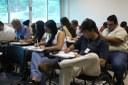 Professores e técnicos respondendo questionário.