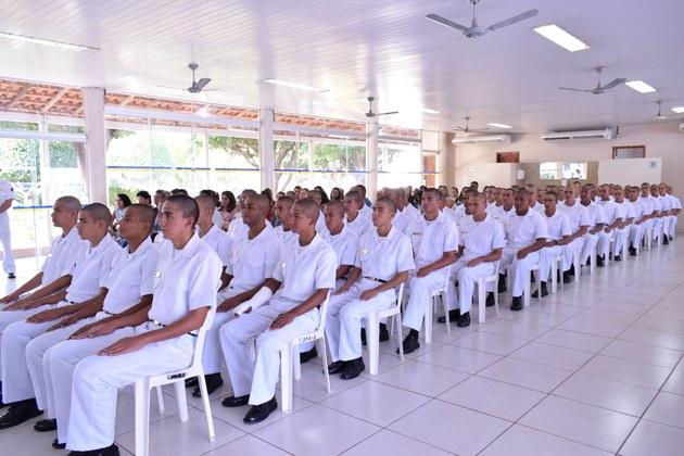 Recrutas sentados aguardando a certificação.