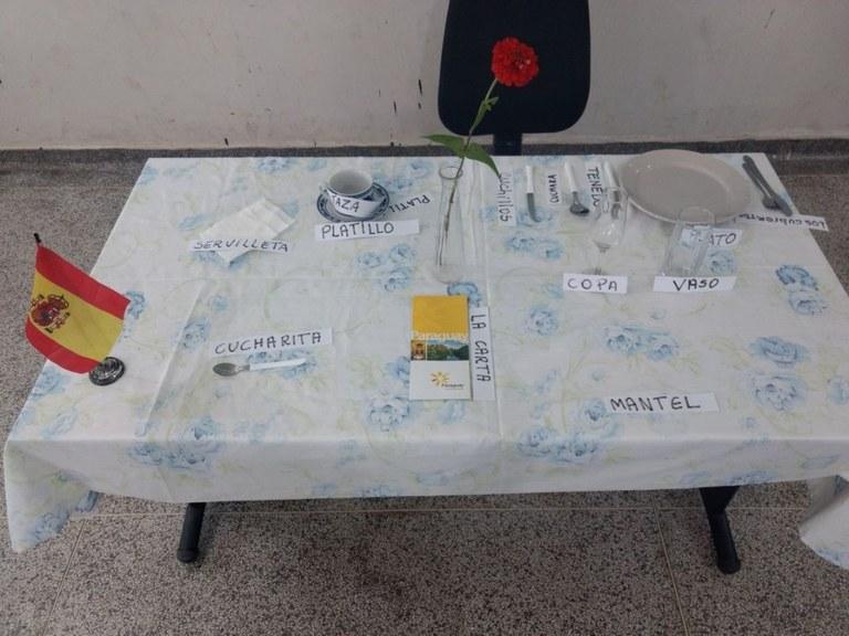 Mesa com utensílios de cozinha e restaurante