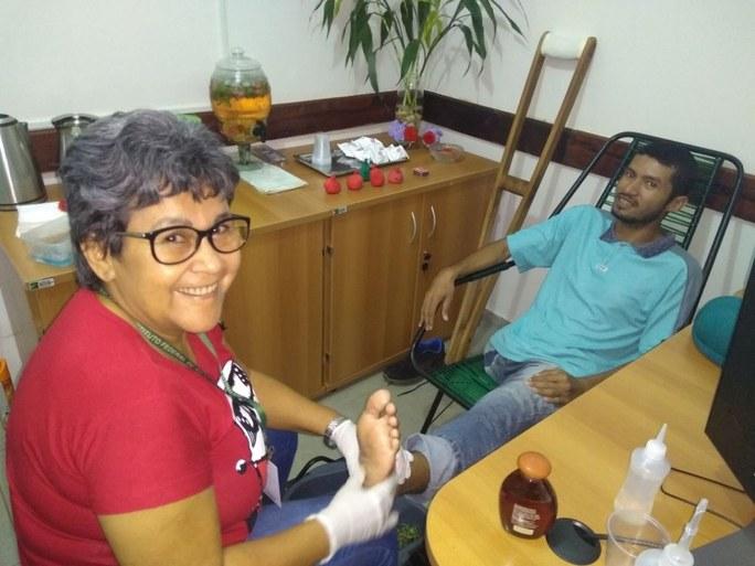 Servidor recebendo massagem nos pés