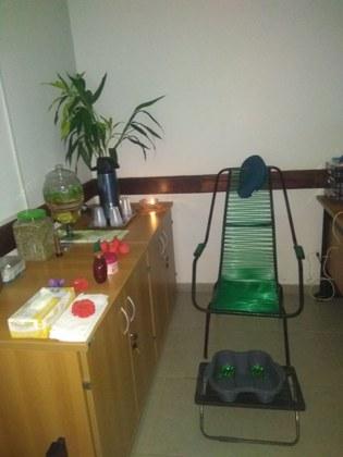Sala preparada para a sessão de relaxamento e escalda-pés.