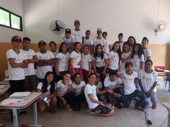 Alunos da Escola Municipal William Tavares de Oliveira que estão fazendo o curso Operador de Computador do IFMS Campus Coxim uniformizados com a docente do IFMS Renata Longo e a técnica-administrativa Maria Edielis.