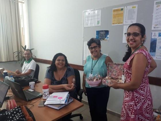 No primeiro dia da Semana da Mulher as servidoras e terceirizadas receberam biscoito caseiro e chá.