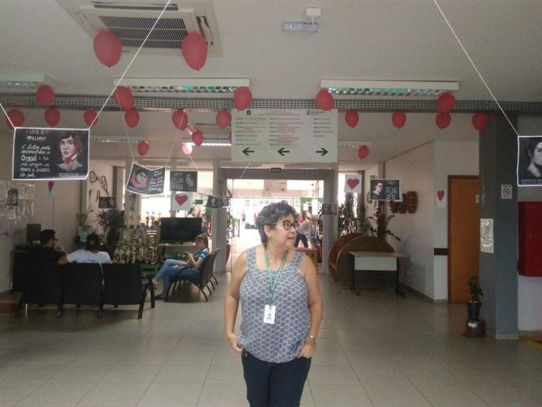 Servidora visitando a exposição
