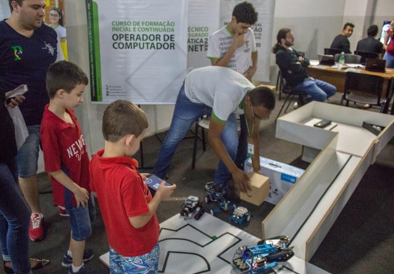 Crianças brincando com os robôs