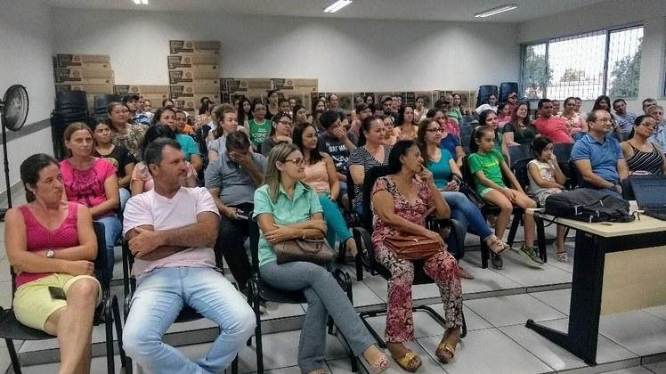 Dezenas de pais participaram da reunião