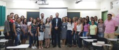 Docentes, diretores e alunos posam para foto