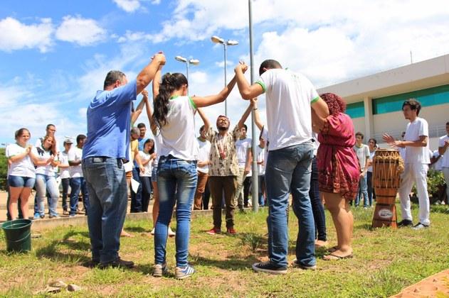 Momento do plantio de árvores em homenagem à saudosa Raquel de Jesus, nossa bibliotecária.