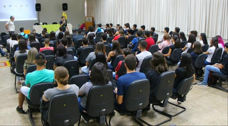Assistente da Direção de Ensino, Thiago Carneiro, recepciona os novos alunos