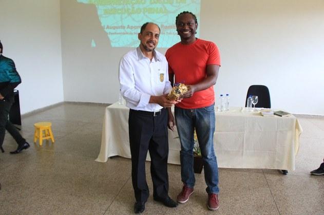 O palestrante, Raul Augusto Sá Ramalho, recebeu das mãos do nosso professor Leandro Passos uma lembrança como agradecimento pelas contribuições.