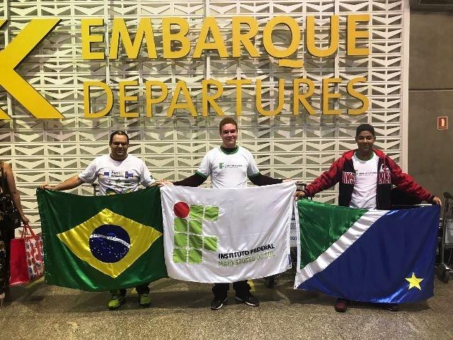 Estudantes e professor na sala de embarque rumo a Portugal - Foto: arquivo pessoal