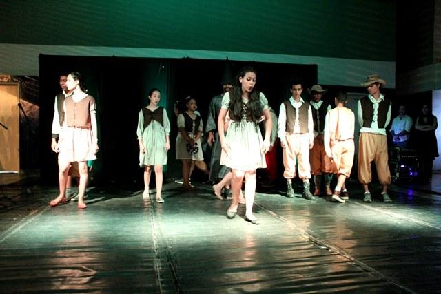 Estudantes que participam de projeto de extensão no IFMS encenam espetáculo teatral - Foto: Daniele Aguiar
