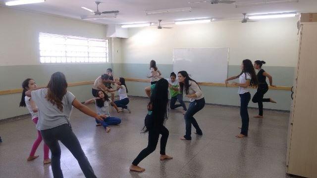 Participantes de oficina fazem exercícios de expressão corporal - Foto: Willian Penante