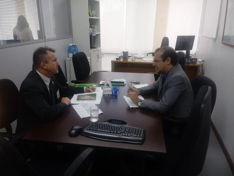 Reitor Luiz Simão Staszczak em visita à Setec/MEC, em Brasília