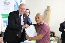 Formando recebe certificado. Foto: Keila Oliveira/Agepen